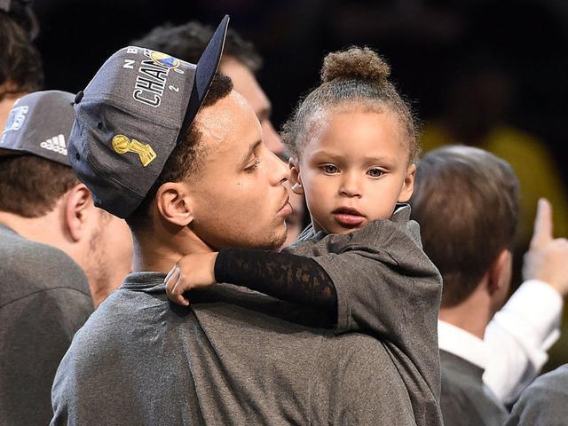 [库里图片]库里自曝奇葩事件:有球迷让其儿子来撩我女儿