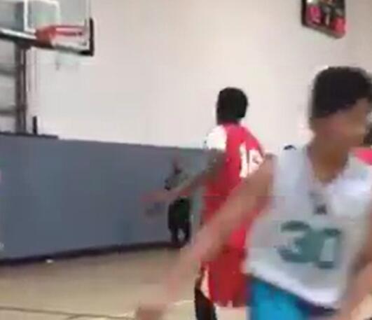 勇士球员库里|学库里?小球员投篮出手后转身往自家半场跑