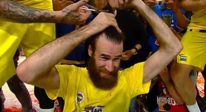 阿德巴约疯狂庆祝_疯狂庆祝!达托梅在欧冠夺冠后被队友剪掉长发