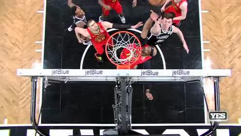 [花絮]卡特抢篮板时遭肘击 应声倒地脸上写满不高兴
