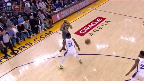 [得分]库里失去平衡强行投篮 最简单的罚球却罚丢