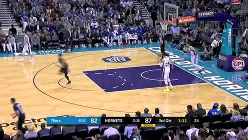 解说员都惊呆了 沃克变相戏耍两人上反篮打进