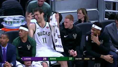 全场高呼MVP!大洛佩兹从篮架上救球挥手致意也太可爱了
