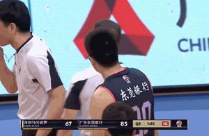CBA半决赛争议一幕!广东悍将6中6却伸脚防守 对手被绊倒重摔