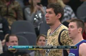 让NBA球员都惊讶的巨人们!博班对手眼神涣散,火箭球员偷瞄姚明