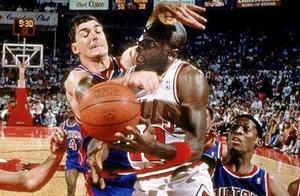 90年代的活塞队打球有多暴力?教练:我要在下节比赛看到乔丹流血