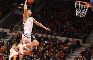 易建联从NBA回来后,为什么扣篮方式改变了?三个理由告诉你真相