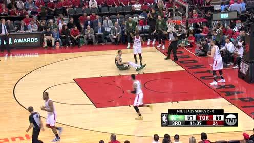 米德尔顿三分不中 米罗蒂奇拼抢篮板轻轻松松把球放进