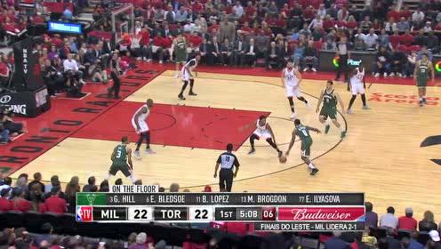 这个上篮够硬气 布莱德索转身过人顶着洛瑞把球放进