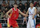 王治郅、刘玉栋军装帅气亮相,他们两个谁的级别更高呢?