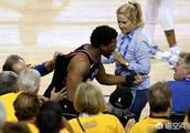 NBA总决赛,洛瑞救球扑向观众席,如何看待球迷的行为?