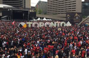 猛龙冠军庆典现场已被围得水泄不通,洛瑞直呼竟然有200万人