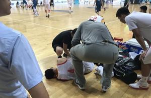 国青热身赛徐杰扭伤接受治疗,所幸伤无大碍