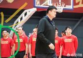 王岳伦现身男篮教练组?姚明为男篮队员办入队仪式,发邀请函!那位像王岳伦的人是谁?