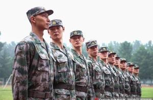 CBA官方发中国男篮军训汇报演出零镜头,王哲林的发型亮了