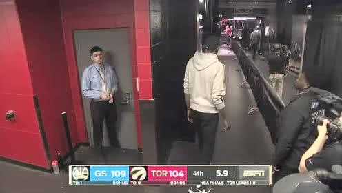 兄弟们给力!杜兰特提前在球员通道等待队友归来