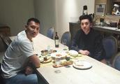 阿联与朋友聚餐只吃牛排,并喝白开水,你如何看待阿联这位球员?