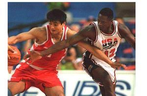 男篮世界杯将至,中国男篮黄金一代各个位置和现金男篮位置比较