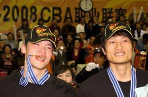 """他是朱芳雨老乡,4次夺得总冠军,号称""""眼镜侠"""",退役后当交警"""