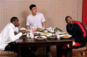 """NBA球星""""伪装""""成中国人的样子!韦德蹬三轮,马布里与国人无异"""