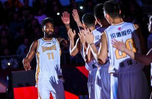 对阵战绩第3的山西男篮,为何新疆队不上外援费尔德?是弃用了吗