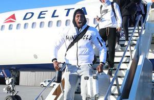 湖人抵达密尔沃基,下飞机霍华德一声大吼,考辛斯的装扮难形容