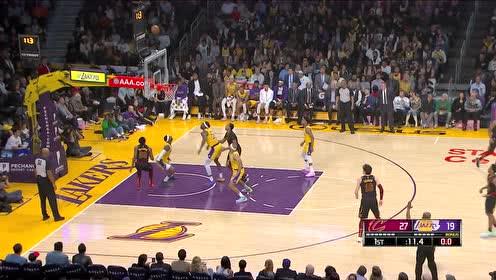 加兰投射弹进篮筐后沿 霍华德拖把伺候取下篮球