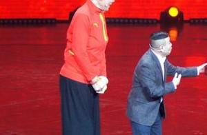 最萌身高差!63岁潘长江与女篮运动员郑海霞同框,在她怀里像小孩