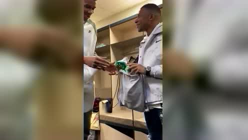"""巴黎赛后两大巨星见面 姆巴佩赠送字母哥""""MVP""""字样球鞋"""