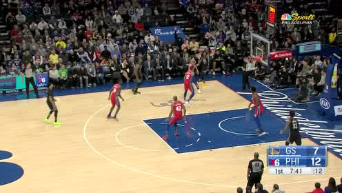 罗宾逊三世抢下篮板随手一传 助攻拉塞尔外线一箭穿心