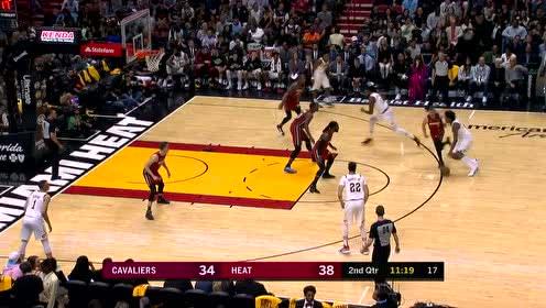篮球撞飞尤尼恩手中饮料 汤普森上前与韦德致意